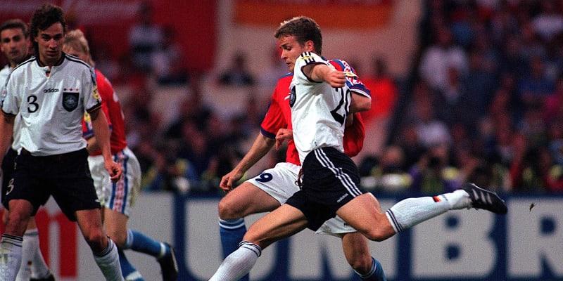 Jak padl Zlatý gól ve finále Eura 1996. Oliver Bierhoff střílí levačkou…