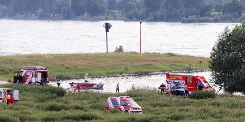 Německá policie pátrá po dvou pohřešovaných dívkách, které se koupaly v řece Rýn u města Duisburg.