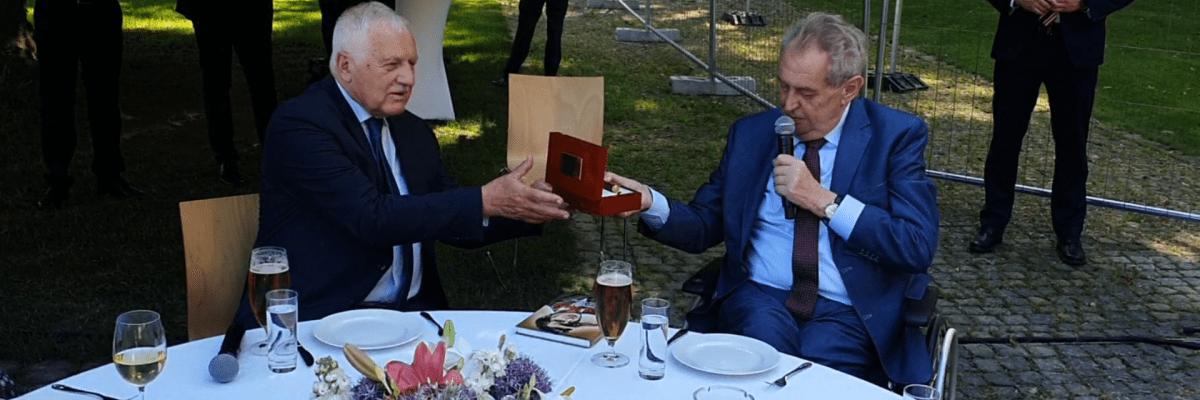 Dlouho jsi nebyl v Chile, řekl prezident Zeman a daroval Klausovi pero