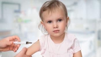 Sledujte ŽIVĚ Hlavní zprávy: Očkovat, nebo neočkovat děti? Vláda neví, co bude v září