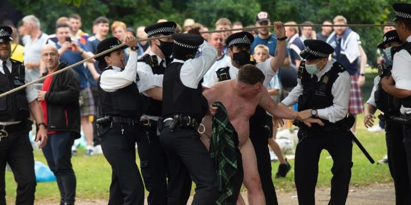 Skotští fanoušci zaplavili Londýn a evidentně se dobře baví.