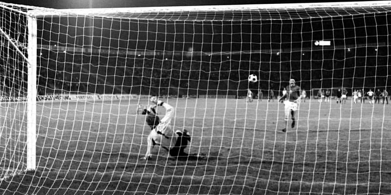 Antonín Panenka sleduje let míče při svém lobu do středu branky Seppa Maiera.
