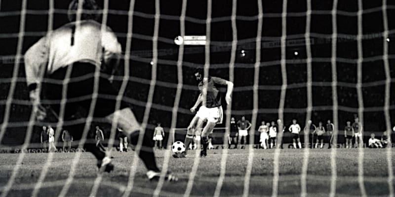 Antonín Panenka při odkopu své zlaté penalty na ME v Bělehradě