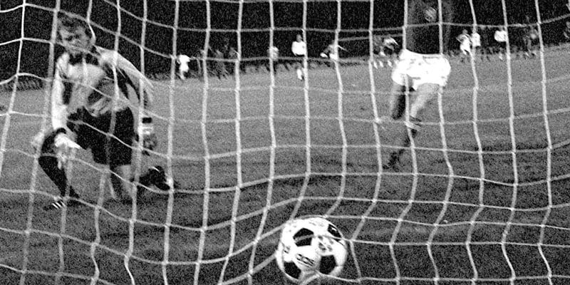 Antonín Panenka se raduje z proměněné penalty a titulu mistrů Evropy z Bělehradu 1976.