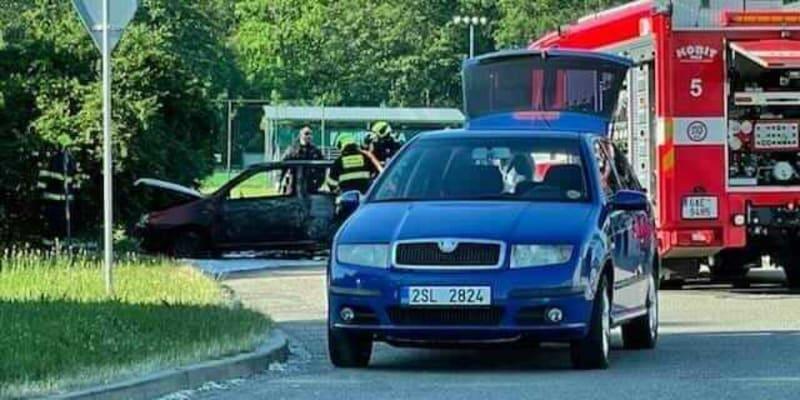 V pražské Hostivaři museli hasiči vyjet k požáru osobních automobilů.
