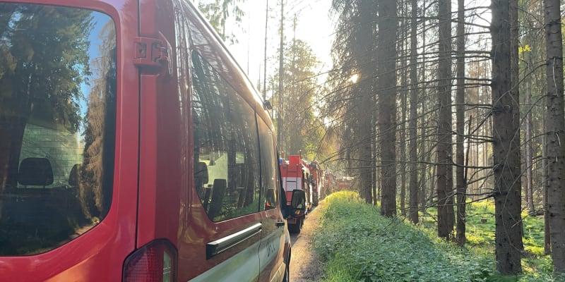 Na místě zasahuje 14 jednotek hasičů.