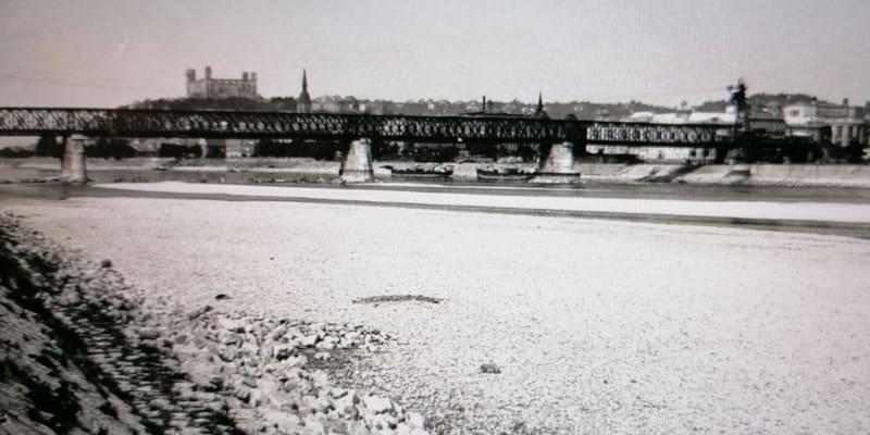 Vedra v roce 1947, řeka Dunaj v Bratislavě témě vyschnula. Slováci v té době ale neměli žádné informace o aktuálním hladomoru v Sovětském svazu. Foto: Wikimedia