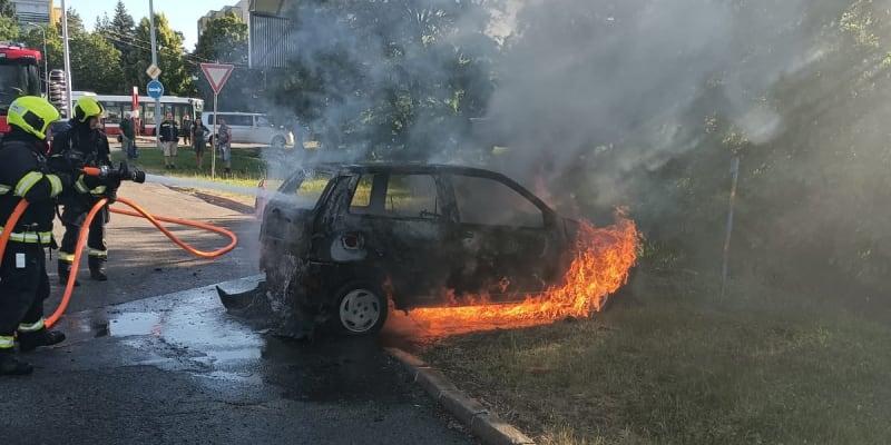 Policisté v pátek ráno vyjížděli k požáru dvou vozidel.