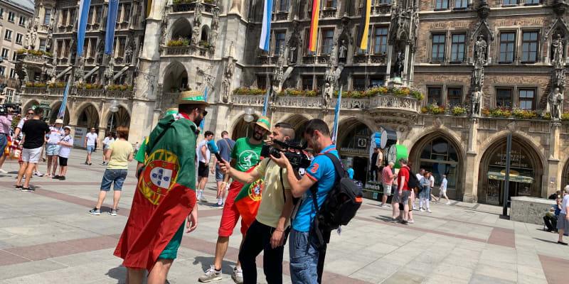 Portugalští fanoušci při rozhovoru na Marienplatz.