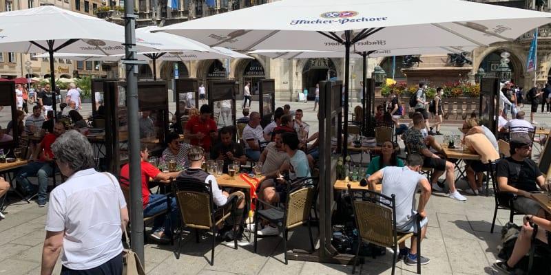 Portugalci a Němci v restauraci na nejznámějším mnichovském náměstí Marienplatz.