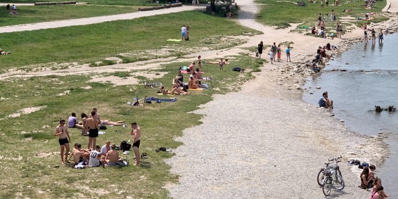 Němečtí fanoušci se mezitím chladili v řece Isar.