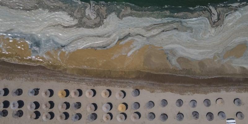 U pobřeží Marmarského moře se objevil sliz, který komplikuje život rybářům a zabíjí živočichy.