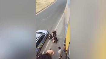 Policie v Teplicích drsně zasáhla proti muži, který měl být zdrogovaný. V sanitce zemřel