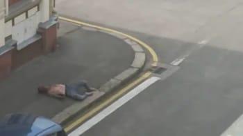Žádný český Floyd, ohradili se policisté a zveřejnili, co předcházelo zákroku na muže