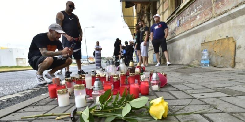 Lidé v Teplicích pokládají květiny na místo, kde policisté zadrželi narkomana. Ten při převozu do nemocnice zemřel.