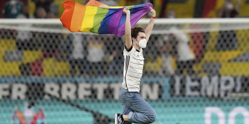 Příznivec hnutí LGBT narušil maďarskou hymnu.