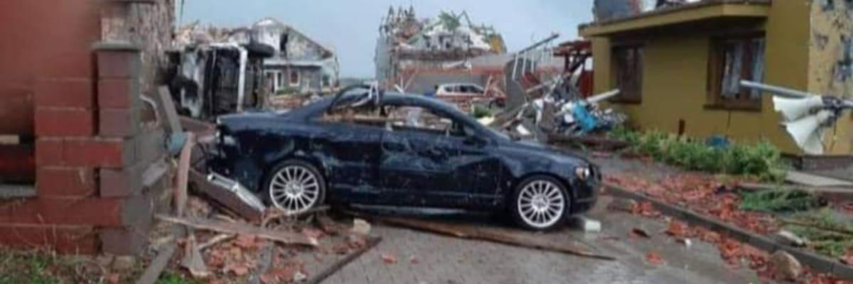Tornádo v Česku: Oběti na životech i zničené domy. Záchranáři vyhlásili mimořádný stav