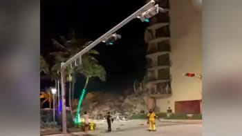 V Miami se zřítila část výškové budovy. Desítky záchranářů prohledávají trosky