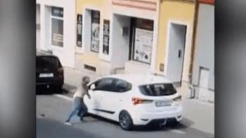 Nové video z Teplic: Rom před policejním zákrokem mlátil hlavou do auta, pak odpadl