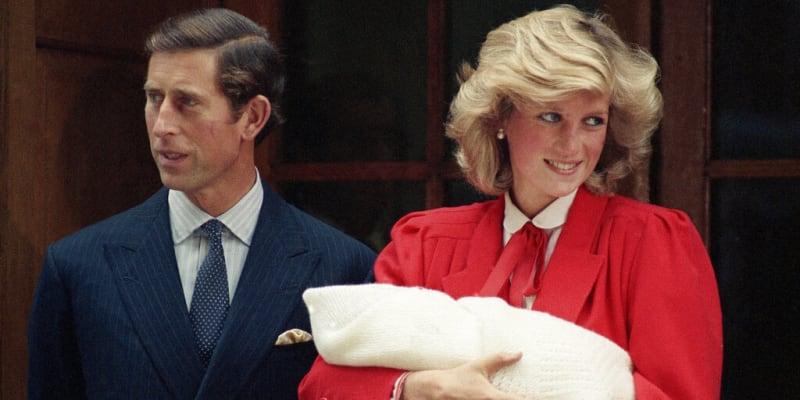 Princezna Diana s princem Charlesem opouštějí nemocnici se svým druhým synem Harrym