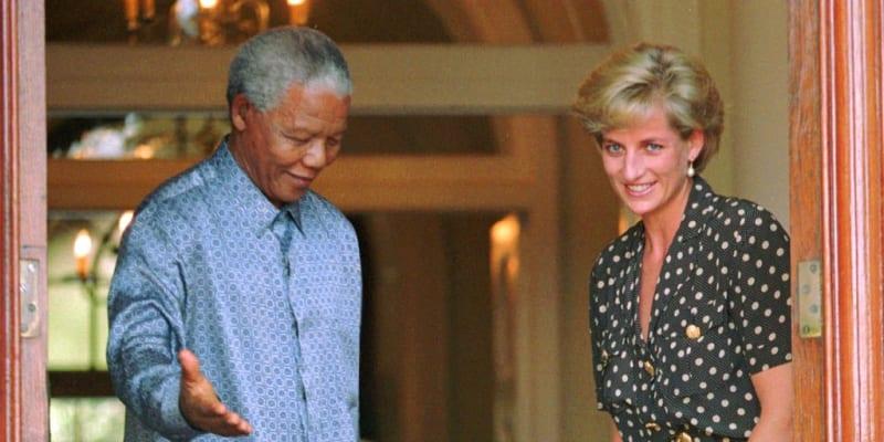 Princezna Diana v roce 1997 s jihoafrickým prezidentem Nelsonem Mandelou