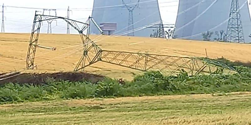 Bouře a silný vítr nevydržely tři stožáry velmi vysokého napětí, které spojují Temelín a rozvodnou stanici Kočín.