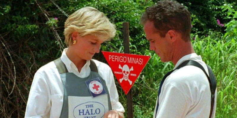 Princezna Diana v roce 1997 v Angole stiskává tlačítko, které má odpálit minové pole