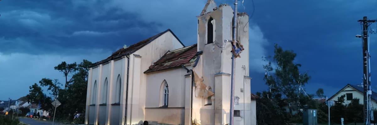 Ničivé tornádo má první mrtvé. Další vlna bouřek se žene do jižních Čech