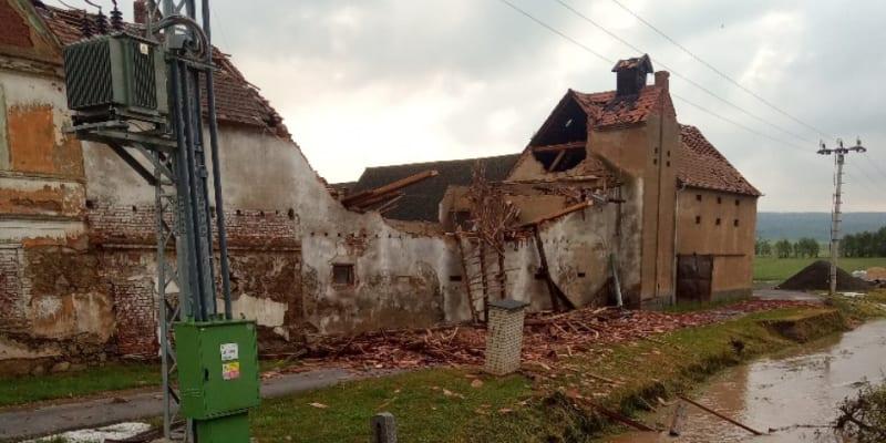 Bouře poničila i obec Stebno na Lounsku. Meteorologové nevyloučili výskyt tornáda.