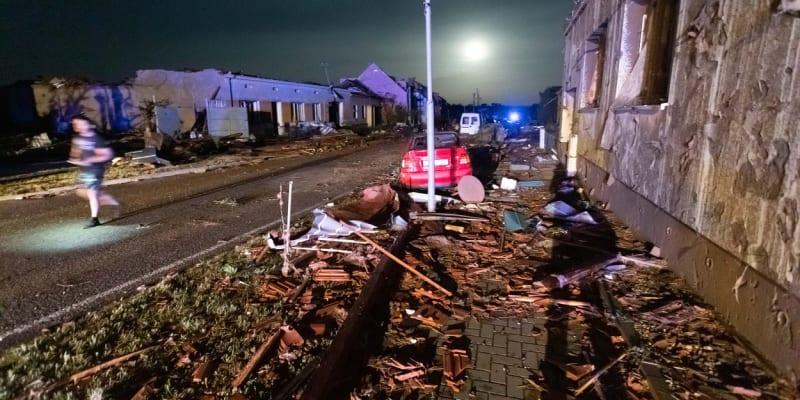 75 tisíc domácností je kvůli nočním bouřím bez elektřiny.