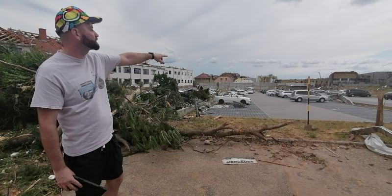 Majitel fabie ukazuje, kde původně vůz zaparkoval – 100 metrů od místa, kde v pátek našel vrak.