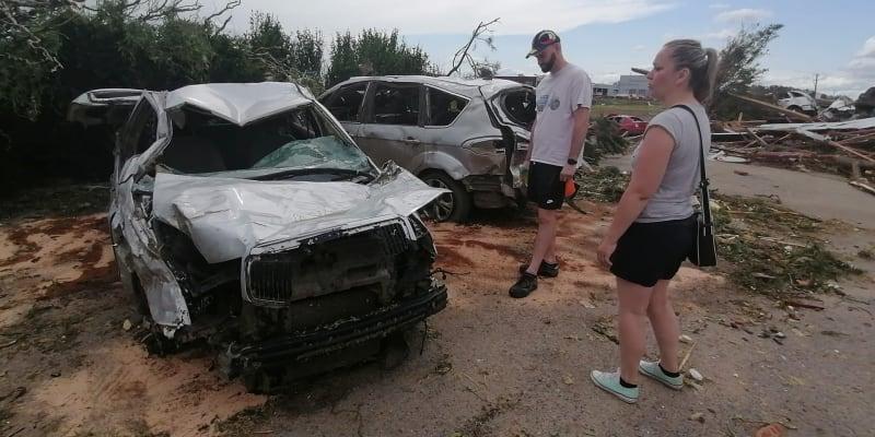 Smutné setkání. Majitelé vozu právě našli svoji fabii v obci Lužice.