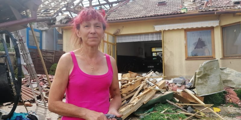 Marie Kovaříková z Lužic před poničeným domem, na jehož úpravy si vydělávala v Rakousku.