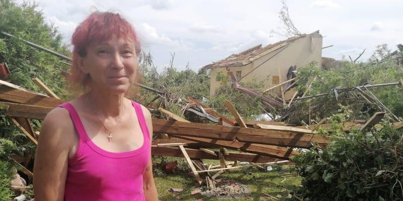 Marie Kovaříková z Lužic v okrasné zahradě, kterou doslova piplala desítky let. Za pár minut se změnila v rumiště.