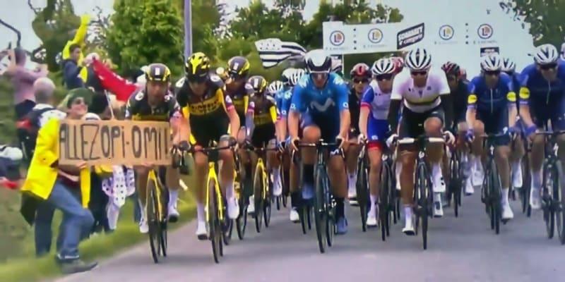 Fanynka na Tour de France způsobila hromadný pád.
