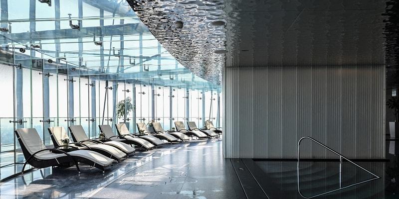 Celá Šanghajská věž měří 632 metrů, hotel se nachází v nejvyšších patrech mrakodrapu.