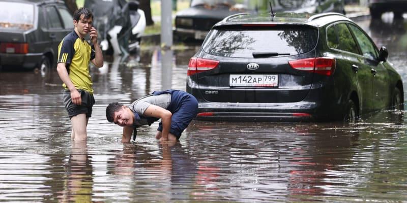 Moskvou se v pondělí prohnaly přívalové deště, řada ulic je pod vodou.