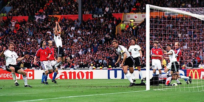 Němci se radují z gólu ve finále mistrovství Evropy 1996 v Londýně. Zcela vlevo s číslem pět Thomas Helmer.
