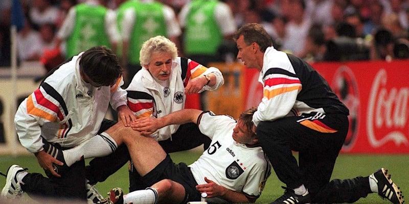 Německý obránce Thomas Helmer se nechává ošetřovat ve 110. minutě semifinále ME 1996 proti Anglii.