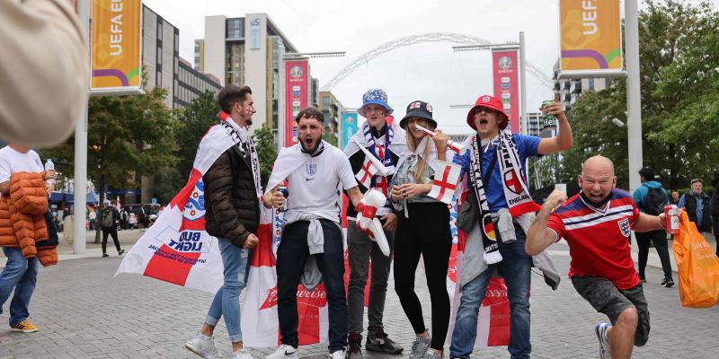Radost příznivců Albionu před stadionem Wembley