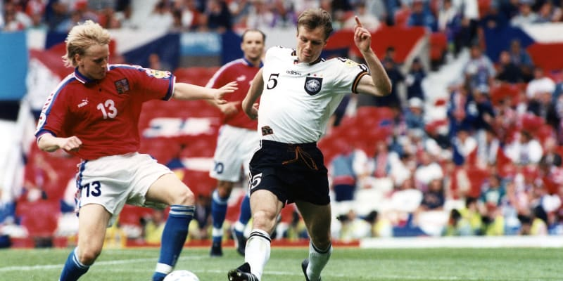 Český záložník Radek Bejbl (vlevo) padá v souboji o míč s německým obráncem Thomasem Helmerem.