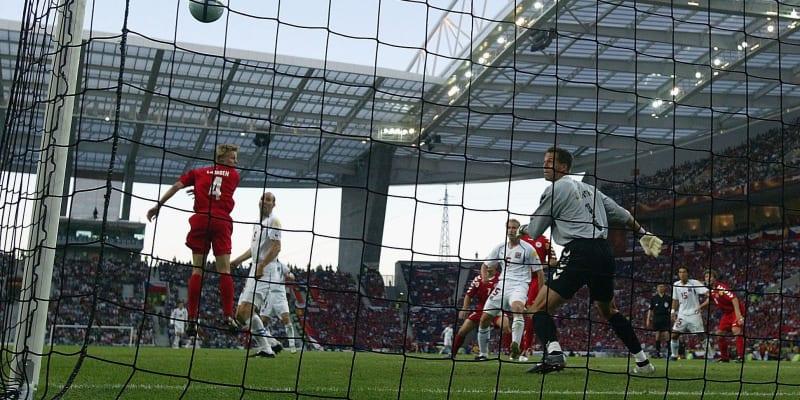 Jan Koller v bílém skóruje proti Dánsku ve čtvrtfinále mistrovství Evropy 2004 v Portugalsku. Češi vyhráli 3:0.