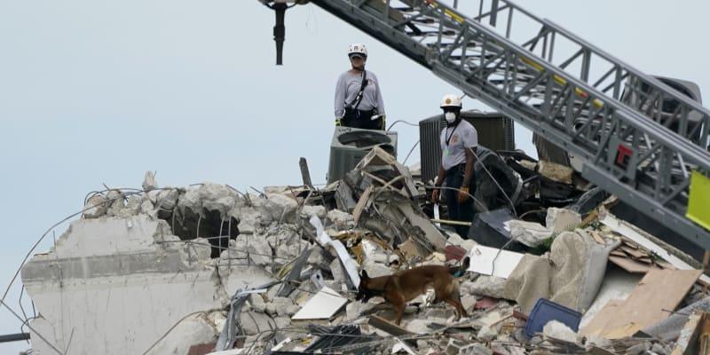 Počet obětí po tragickém zhroucení části bytového komplexu ve floridském městě Surfside stoupl v pátek na 20.