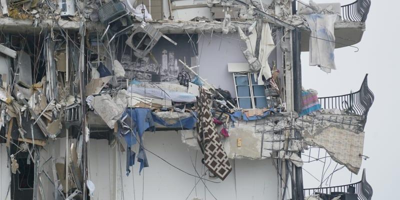 Desítky bytů se v areálu Champlain Towers South sesunuly k zemi v noci na 24. června a od konce toho dne záchranáři z trosek nevytáhli nikoho živého.