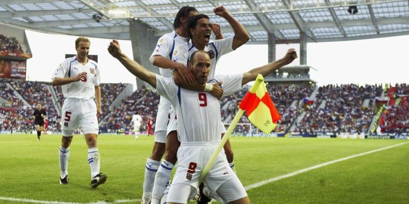 Jeden z vrcholů kariéry Jana Kollera. Ve čtvrtfinále Eura 2004 v Portugalsku otevřel ve 49. minutě skóre a radoval se u rohového praporku s Milanem Barošem a Markem Jankulovskim (za ním).