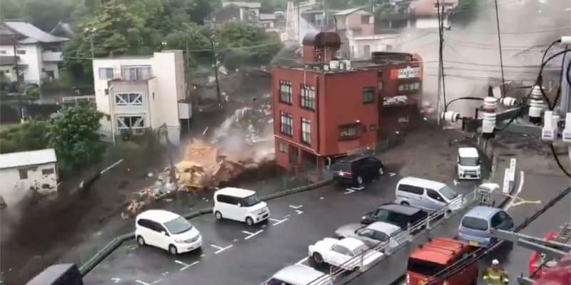 Při sesuvu půdy vyvolaném silnými dešti u japonského města Atami jihozápadně od Tokia zahynuly dvě ženy.
