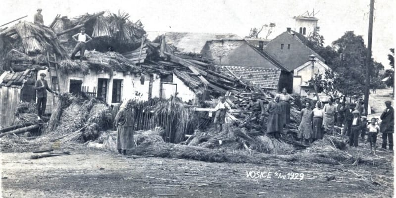 Následky tornáda ze 4. července 1929 v obci Osice na Pardubicku. (zdroj: Fotohistorie.cz)