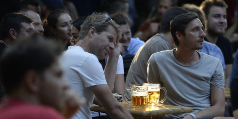 Fanoušci v Praze během zápasu s Dánskem