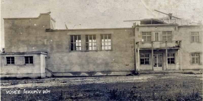 Následky tornáda ze 4. července 1929 v obci Osice na Pardubicku, poničený Škroupův dům. (zdroj: Fotohistorie.cz)