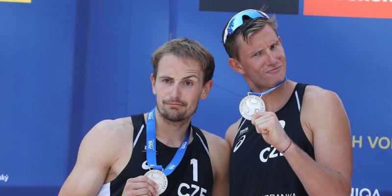 Ondřej Perušič a David Schweiner s medailemi za druhé místo z ostravského turnaje